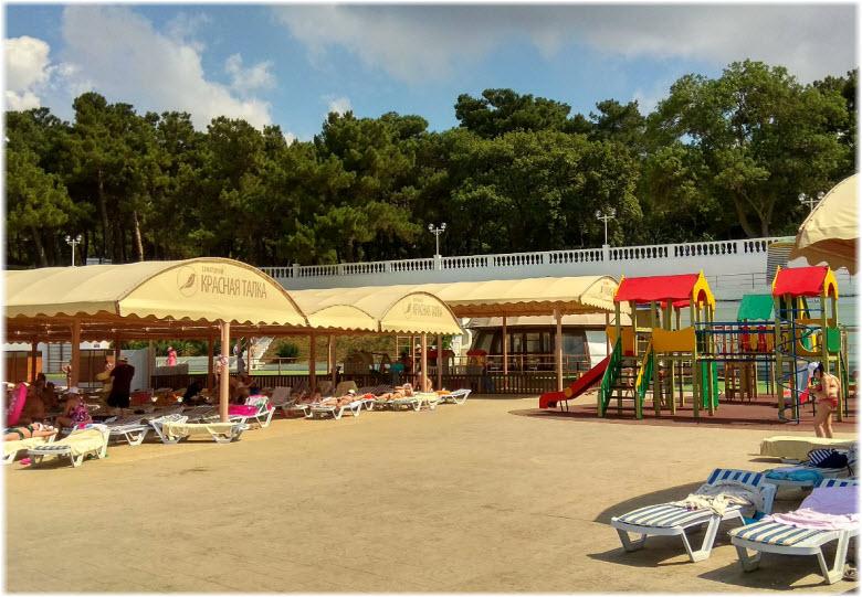 лежаки и детский городок на пляже