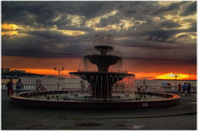 Музыкальный фонтан на закате