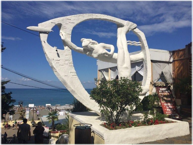 скульптура у пляжа Ривьера