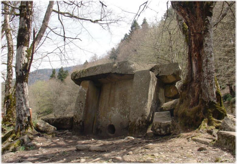 Макеты древних дольменов