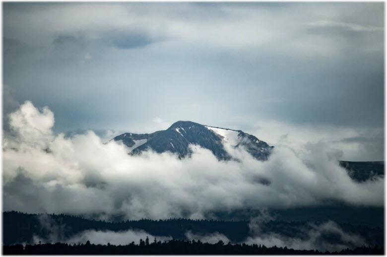 окутанный облаками Оштен