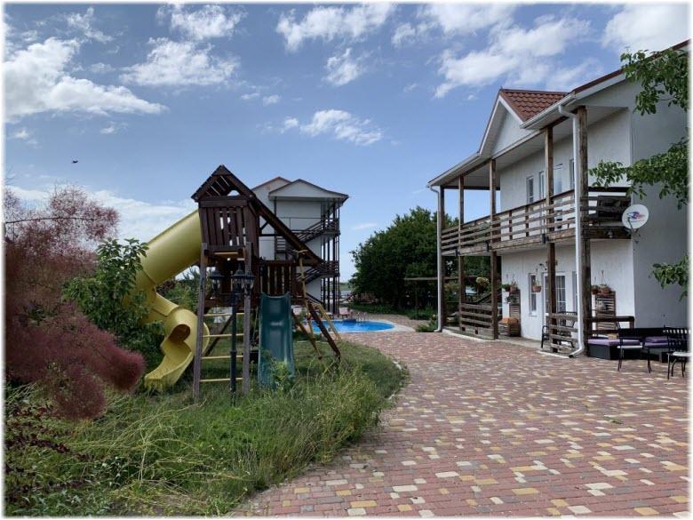 территория гостиницы Совы